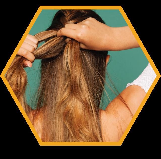 Imagem editada menina amarrando cabelo